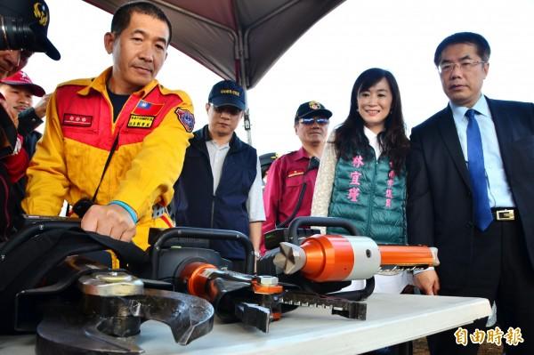 市長黃偉哲(右)視察救災器材展示。(記者吳俊鋒攝)