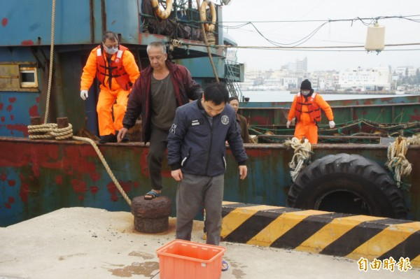 澎湖海巡隊查扣越界中國漁船,都會實施高規格消毒。 (記者劉禹慶攝)