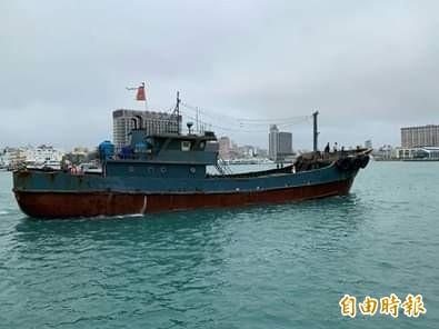 中國永興8號漁船越界拒檢,查出船上載運10公斤豬肉。(記者劉禹慶攝)