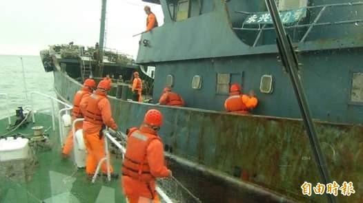澎湖海巡隊強靠中國漁船,赫然發現船上出現10公斤豬肉。(澎湖海巡隊提供)