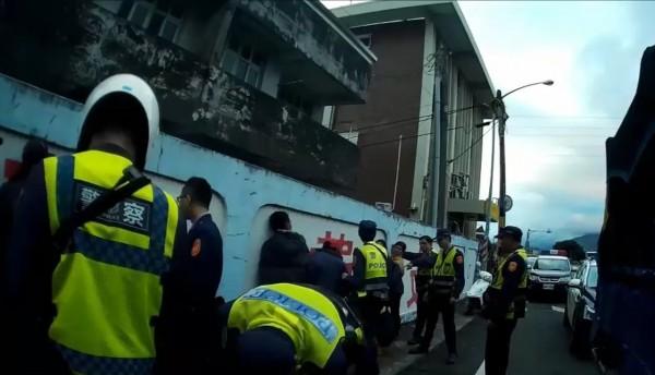警方逐一清查非法外勞身分。(記者陳賢義翻攝)