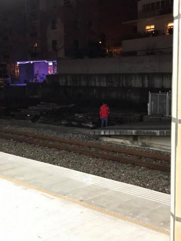 網友在臉書社團「我是三義人」po文指有搭火車旅客跳下月台小便。鐵路警察局苗栗派出所將依相關線索,調閱周邊監視器,追查該名年輕男性到案說明。(翻攝自「我是三義人」)