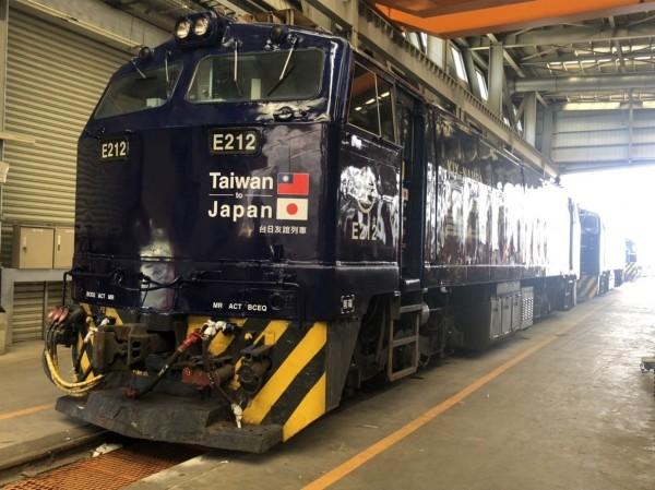 由日本南海電鐵、台鐵和台灣視野文創合作,將大阪城、關空戰士圖騰等元素做為塗裝,推出「藍武士號」、「日台友誼號」兩列彩繪列車,下週一起陸續首航登場。(圖:台鐵局提供)