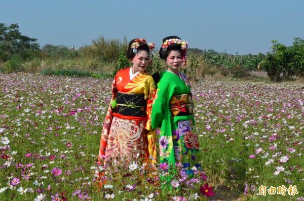 紫流舞踊師範在花間留影,更增風情。(記者林國賢攝)