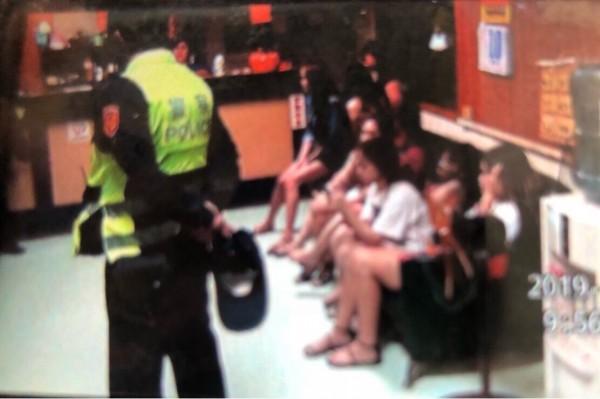 北港警方查獲非法留台越籍人士。(記者廖淑玲翻攝)