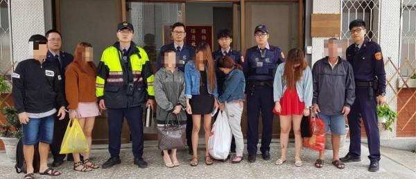 北港警方接連2天一口氣查獲13名越南籍旅客及逃逸外勞,大有斬獲。(記者廖淑玲翻攝)