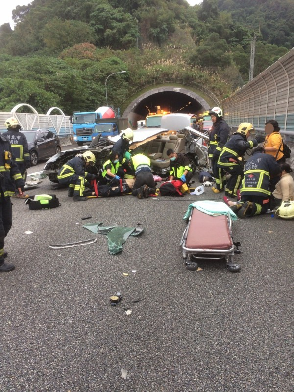 國道3號南下29.1K發生汽車自撞車禍,車上共有3人,其中一名年約60歲男性,被救出時已無呼吸心跳。(記者陳薏云翻攝)