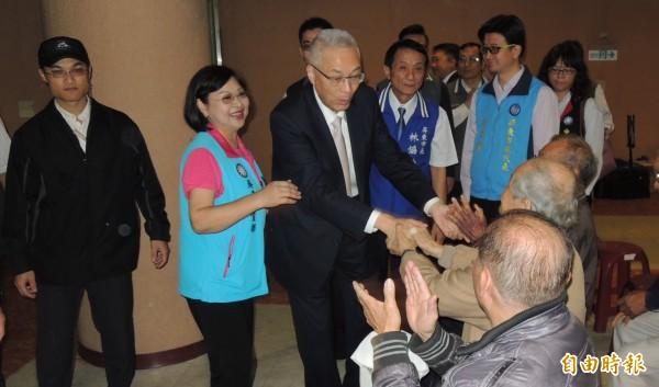 國民黨主席吳敦義在屏東縣感恩茶會上表示,國民黨若能在2020年重新執政,將調整不公平的年改制度。(記者李立法攝)