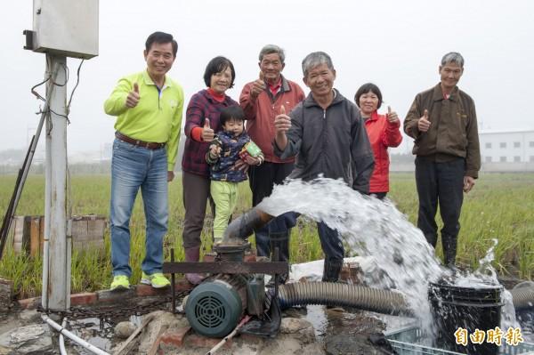 水井納管須繳2700元規費,台中市議員吳敏濟(左1)要求政府修法免收水權規費。(記者黃鐘山攝)