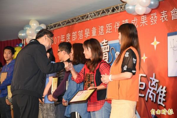 遠距伴讀視訊教學,讓部落孩子課業進步了,今天舉行頒獎典禮。(記者張忠義攝)