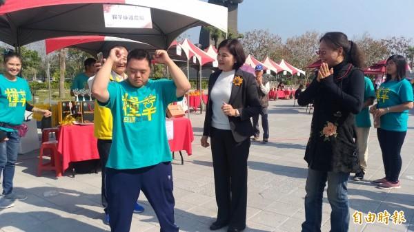 唐寶寶林柏昇現場表演街舞,讓雲林縣長張麗善與副縣長謝淑亞大為驚嘆。(記者廖淑玲攝)