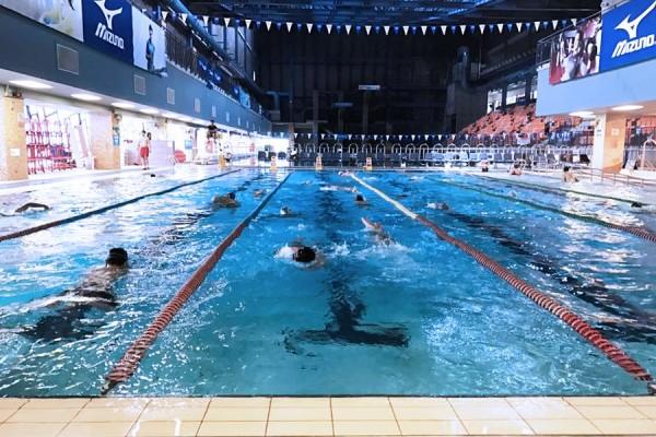 29歲徐女今天下午與3名友人,前往運動中心一樓25公尺的游泳池練習潛水時,疑因氣喘發作而溺水,所幸友人及時發現,送醫救回。(記者陳恩惠翻攝自松山運動中心網頁)