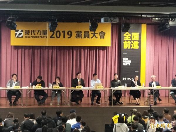 時代力量黨員大會中,有黨員提案要求處置選舉期間沒挺自家人的曾威凱(左),不過,最後被大會否決。(記者何玉華攝)