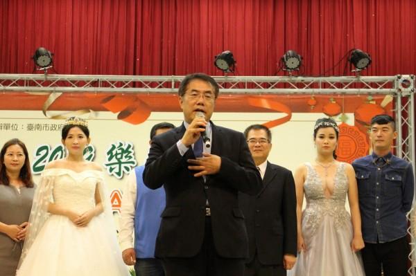 台南市長黃偉哲(中)參加勞工學苑成果發表會,致詞勉勵勞工朋友樂在生活。(記者洪瑞琴翻攝)