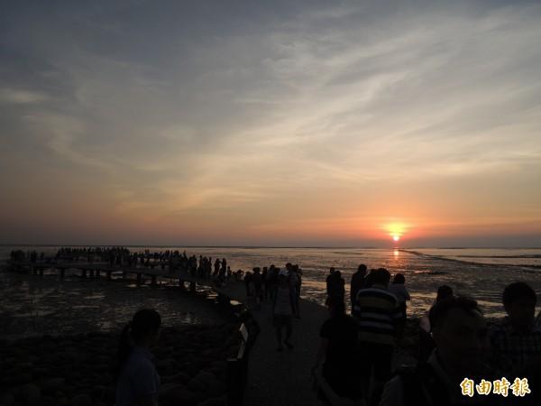 新竹市府進行新竹漁人碼頭的道路景觀改善工程,已近完工,歡迎市民春節期間到竹市來玩,可以賞夕陽,放風箏,看無敵海景。(記者洪美秀攝)