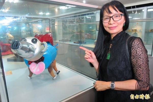 南投縣文化資產學會「豬」年生肖會員聯展,會員蕭璽以廢棄物打造的「超人豬」,引人注目。(記者張協昇攝)