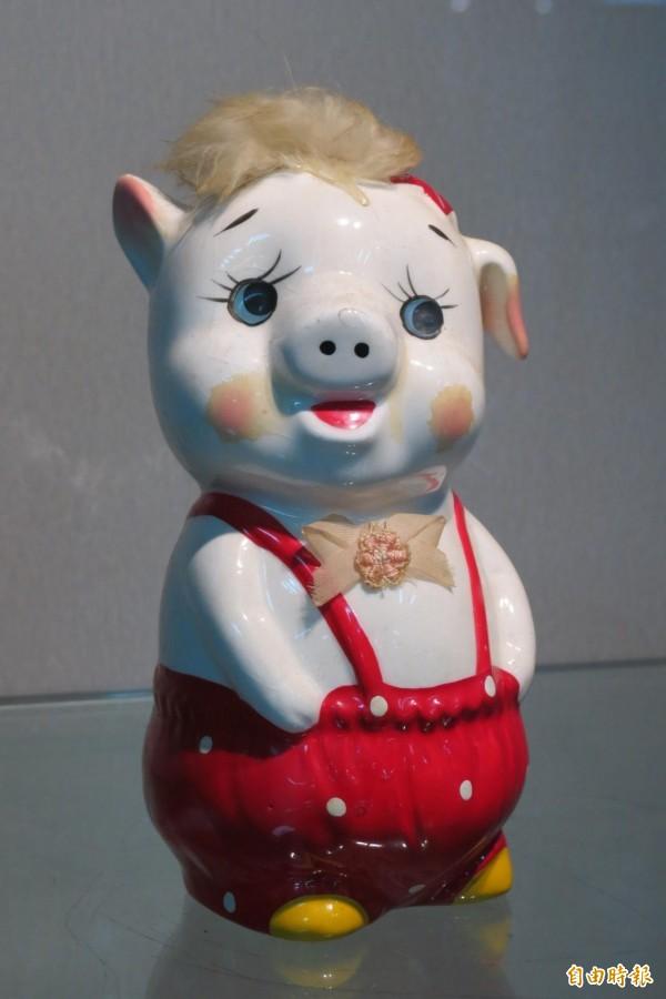 南投縣文化資產學會「豬」年生肖會員聯展,展出的豬藝品模樣超可愛。(記者張協昇攝)