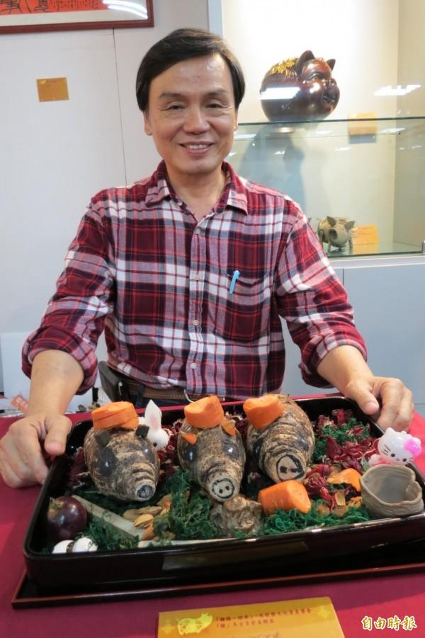 南投縣文化資產學會理事長梁志忠展示「芋頭豬」。(記者張協昇攝)