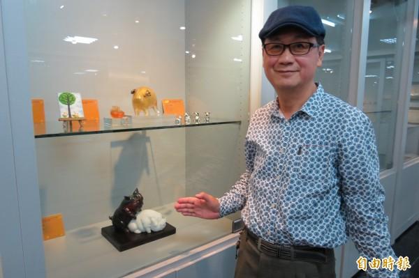 南投縣文化資產學會「豬」年生肖會員聯展,陳志豪收藏「生生不息」,令人看了會心一笑。(記者張協昇攝)