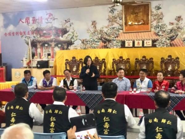 蔡英文出席仁壽宮的座談會,民眾、無黨籍和民進黨籍議員出席。(取自王定宇臉書)