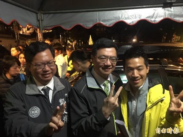 桃園市長鄭文燦(左)今晚出席民進黨台北市立委補選候選人何志偉(右)的造勢晚會。(記者蕭婷方攝)