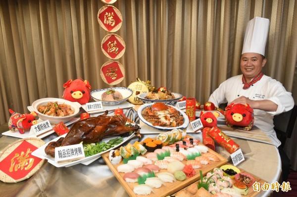 飯店業者推出外帶年菜,除了有豐富的團圓桌菜,也有單點可以選擇。(記者張忠義攝)