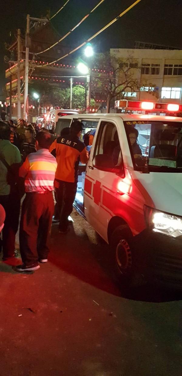 消防救護車趕抵現場救援。(網友提供)