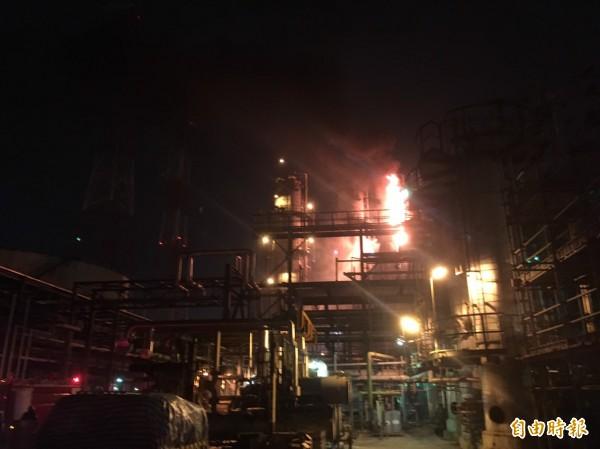 高市信昌化學工業股份有限公司林園廠驚傳異丙苯反應槽洩漏致起火燃燒。 (記者陳文嬋攝)