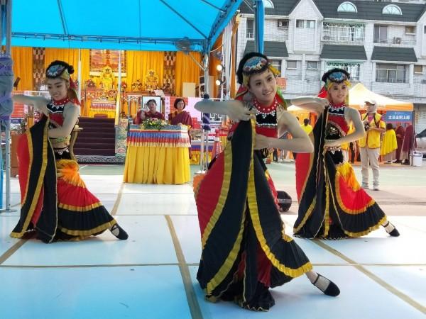 恭祝  H.H.第三世多杰羌佛日啟建,法會邀請「雲之彩民族舞蹈團」公益慈善義演,伎樂供佛。(圖/世界佛教正心會提供)