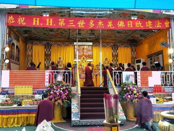 世界佛教正心會「行動佛殿 佛光遍照 環島祈福法會」為國泰民安、為世界和平、為一切眾生光明永昌祈福。 (圖/世界佛教正心會提供)