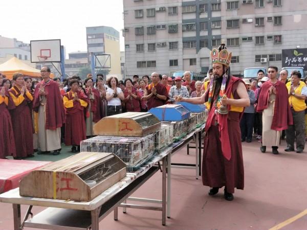 法會圓滿後,主法仁波且遵奉佛陀慈悲利生的教導帶領信眾作放生結行。(圖/世界佛教正心會提供)