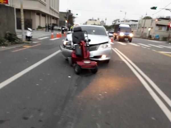 小客車撞及前方的電動車,因撞擊力導大,引擎蓋凸起。(記者張勳騰翻攝)