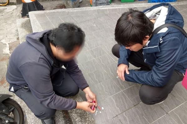 蔡嫌被警查到持有吸食器,後來乖乖交出一小包安毒。(記者方志賢翻攝)