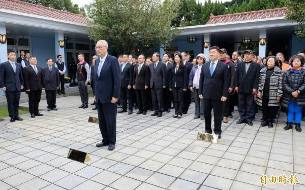 前總統蔣經國逝世31週年,國民黨主席吳敦義率中央黨部主管前往頭寮陵寢獻花致敬。(記者李容萍攝)