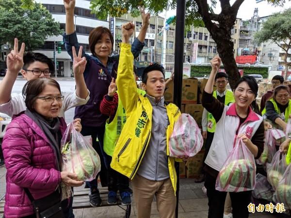 何志偉今天上午與嫂嫂、台北市議員鍾佩玲在士林區舉辦「發票換菜公益助農」活動。(記者周彥妤攝)