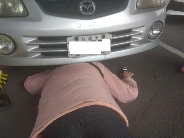 婦人飛進轎車底盤。(記者蔡彰盛翻攝)