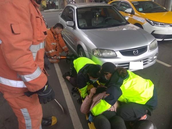 消防人員救出受困婦人急忙送醫。(記者蔡彰盛翻攝)