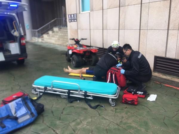 消防隊員對曾男進行急救,但仍無法救回他一命(記者吳昇儒翻攝)