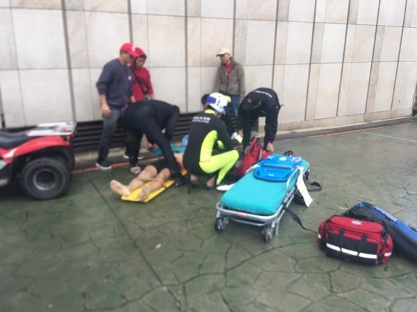 消防隊員對曾男進行急救,但送醫後仍無法救回他一命(記者吳昇儒翻攝)