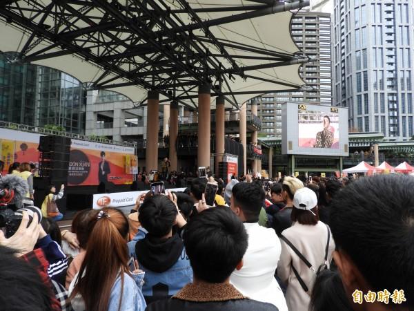 有「越南潘瑋柏」之稱的當紅歌手阮福勝登台獻唱,台下粉絲尖叫聲不斷,氣氛嗨到最高點。(記者賴筱桐攝)