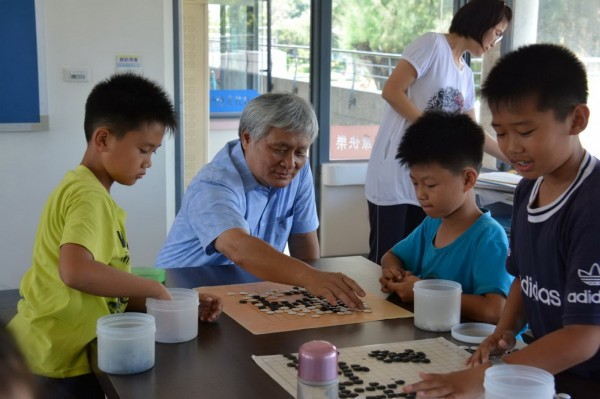 台中市圍棋協會老師教導彰化縣漢寶國小學生下圍棋。(漢寶國小提供)