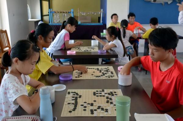 彰化縣漢寶國小學生展開圍棋對弈。(漢寶國小提供)