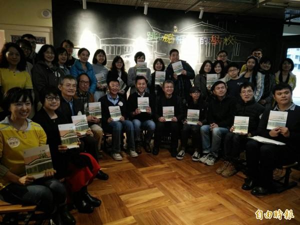 竹市關埔國小新書發表,希望用跳脫框架的校園打造教育典範! (記者蔡彰盛攝)