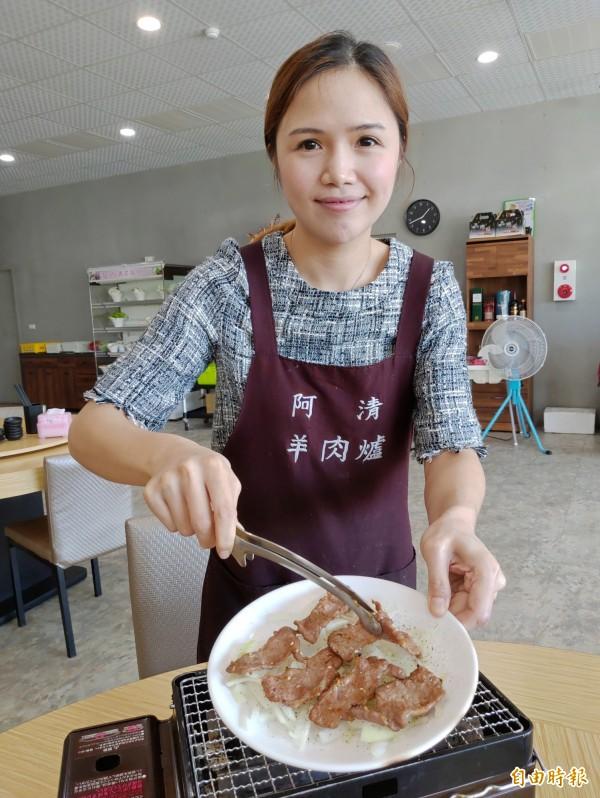 阿清羊肉爐獨創現烤羊里肌肉薄片,搭配冰鎮洋蔥、黑胡椒,成為老饕必點招牌美食之一。(記者陳冠備攝)