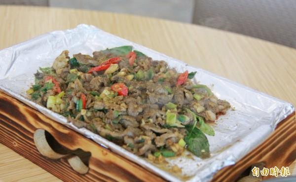 鐵板燒烤羊五花肉,撒上滿滿孜然粉,別具異國風味。(記者陳冠備攝)