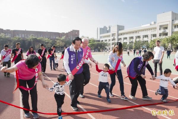 美善基金會在南市東光國小召開記者會,並與小朋友一起模擬路跑。(記者蔡文居攝)