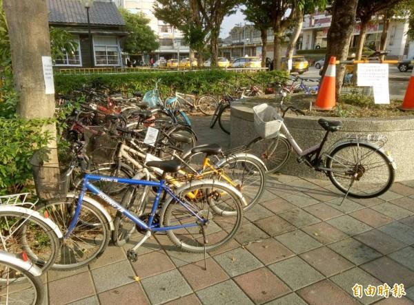 腳踏車停放人行道上,阻礙趕車乘客通行。(記者陳冠備攝)