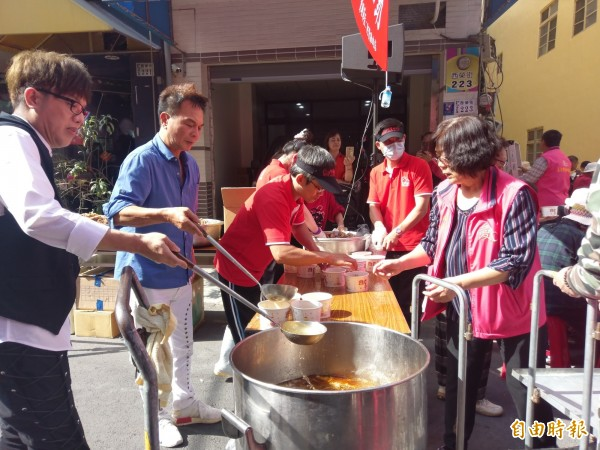 嘉義市愛鄉慈善會今天舉辦麻油雞寒冬送暖活動,溫暖弱勢民眾的心(記者王善嬿攝)
