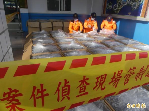 金馬澎分署第9岸巡隊對查獲香菇進行清點作業。(記者吳正庭攝)