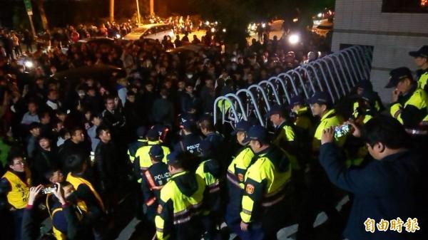 夜越黑人越多,警方從各地調度警力,維護院檢駐地安全。(記者王捷攝)